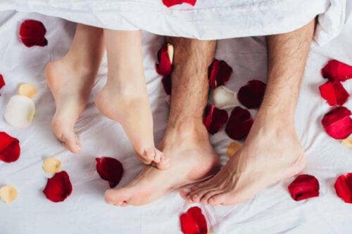 Par i seng med rosenblade er ved at gøre bryllupsnatten uforglemmelig