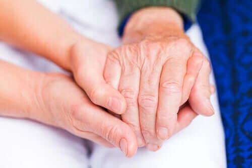 Personer holder i hånd