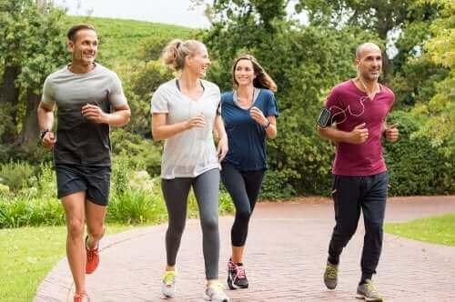 Personer løber sammen udenfor