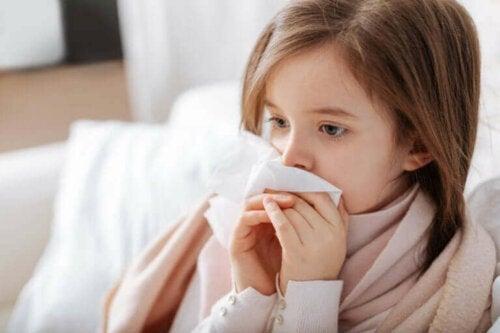Pige nyser grundet gængse allergier hos børn