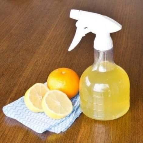 Væske af citrusfrugter i sprayflaske