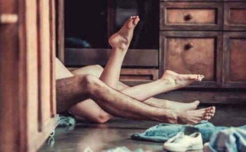 Par har sex på gulv