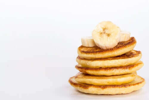 En stak pandekager med bananskiver
