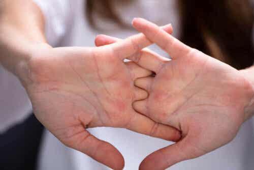 Person fletter fingre og strækker dem