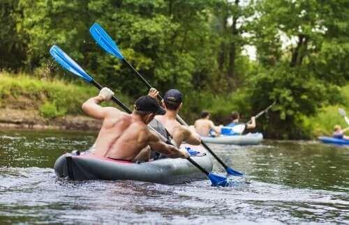 To mænd ror i kayak