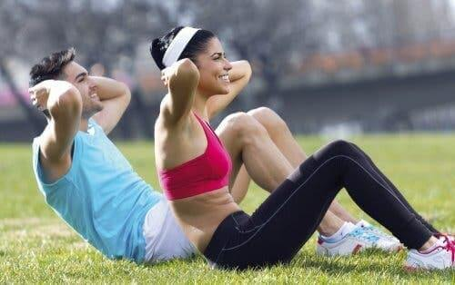 To personer træner udenfor
