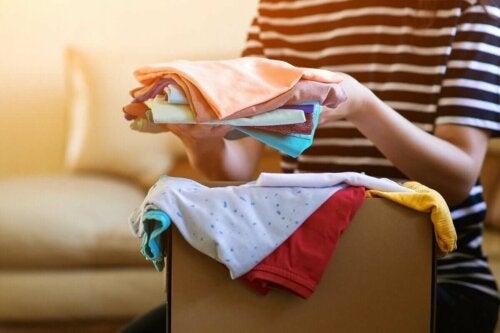 Cirkulerende tøj lægges sammen og pakkes i en kasse