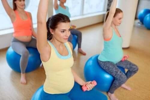 Udstrækning for gravide til ryg, hofte og ben