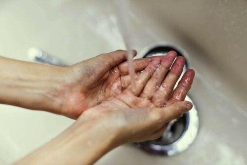 Person vasker hænder