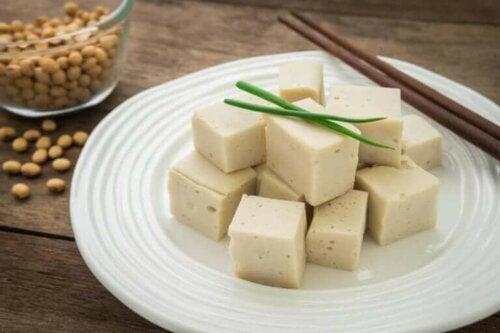 Vegansk ost på tallerken
