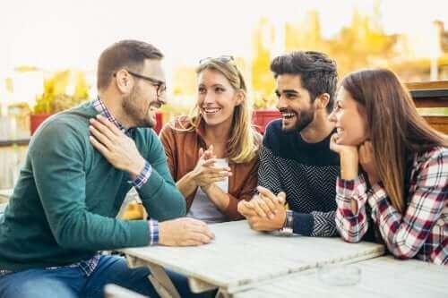Venner mødes på café