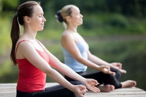 Kvinder dyrker yoga udenfor