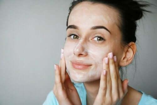 Kvinde påfører ansigtscreme med peptider