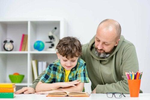 Far læser med søn for at skabe vaner hos børn