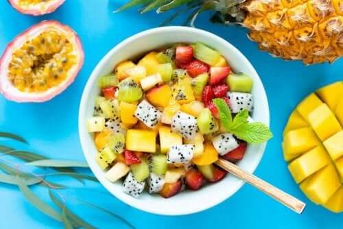6 lækre opskrifter på frugtsalat med vilde urter