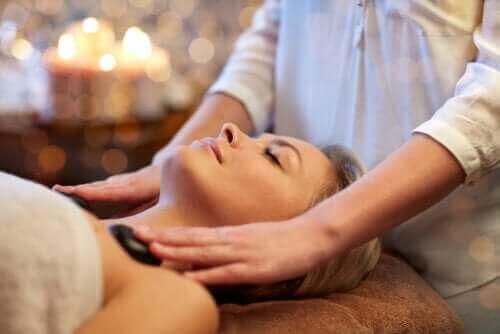 Hvad er hot stone massage, og hvad er fordelene?