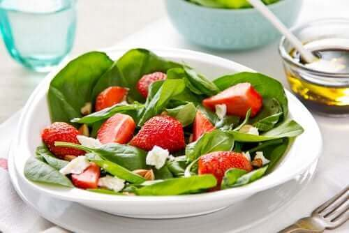 Frugtsalat med vilde urter og jordbær