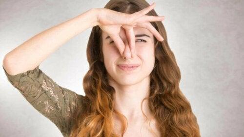 Kvinde med fantosmi holder sig for næsen