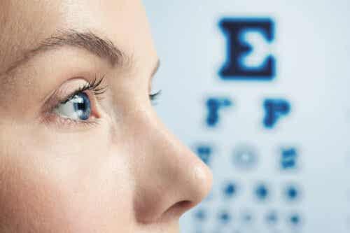 Kvinde laver synstest