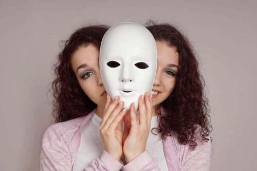 Kvinde med maske lider af bipolar I