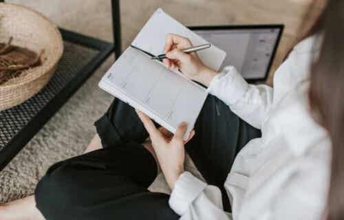 Kvinde skriver SMART målsætninger i sin kalender