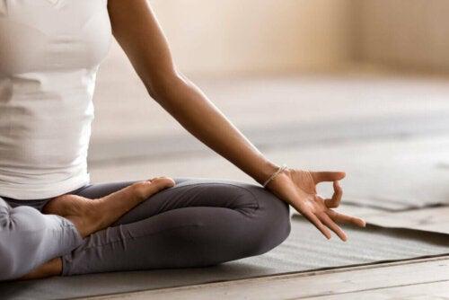 Nærbillede af kvinde, der mediterer