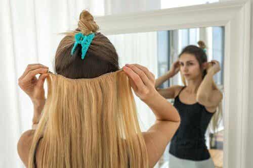 Kvinde viser, hvordan man kan bruge hair extentions