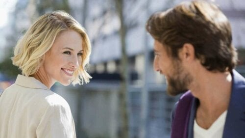 Kvinde smiler til mand