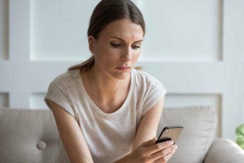Kvinde med telefon er besat af en eks