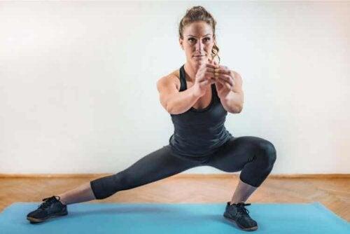 Kvinde træner indenfor