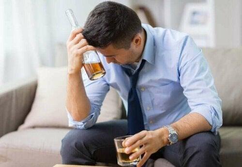 Mand med spiritusflaske er skidt grundet indtag af alkohol på tom mave