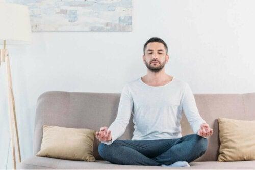 Mand i sofa er eksempel på at meditere succesfuldt