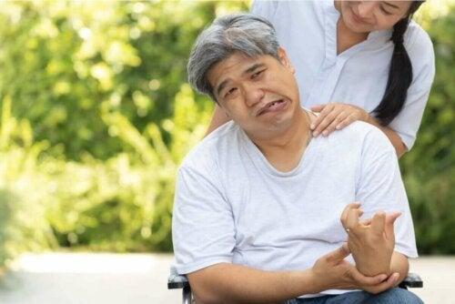 Mand er påvirket af effekterne efter et slagtilfælde og hjerneblødning