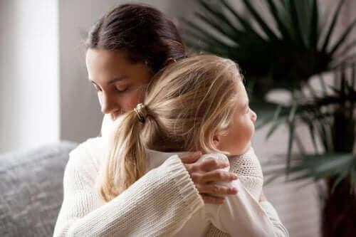 Mor krammer datter i processen med at tilpasse sig til en ny skole
