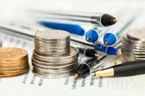 Stak med mønter og kuglepenne