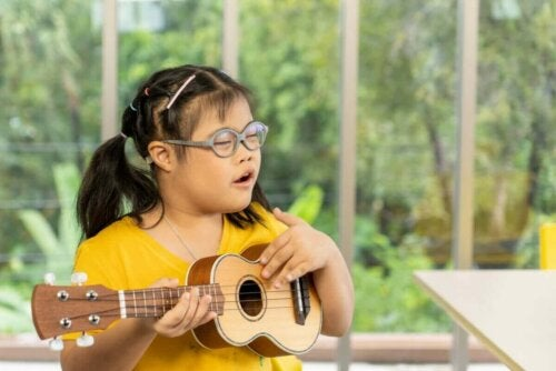 Pige med down syndrom spiller guitar som eksempel på personer med intellektuelle handicap