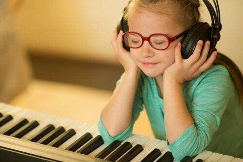 Pige, der lytter til musik ved klaver, illustrerer intellektuelle handicap