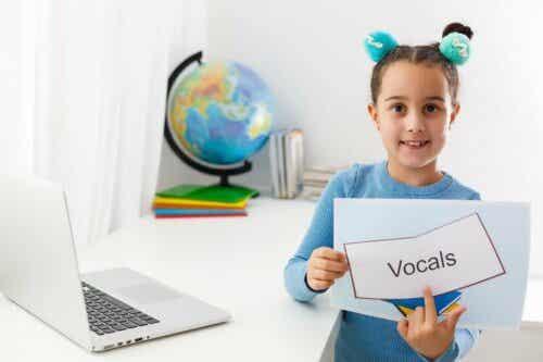 """Pige peger på ordet """"vokal"""""""
