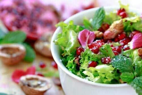 En hurtig og nem opskrift på salat med granatæble og endivie