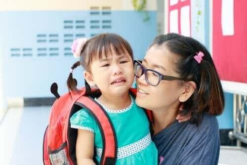 Skolebarn græder grundet problemer med at tilpasse sig til en ny skole