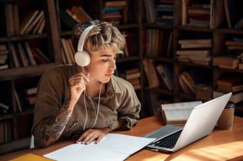 Hjælper det at lytte til musik for at studere bedre?