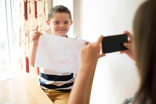 Barn med papir har en af de gængse typer handicap