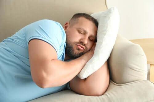 Det kan øge risikoen for fedme at gå sent i seng, viser undersøgelser