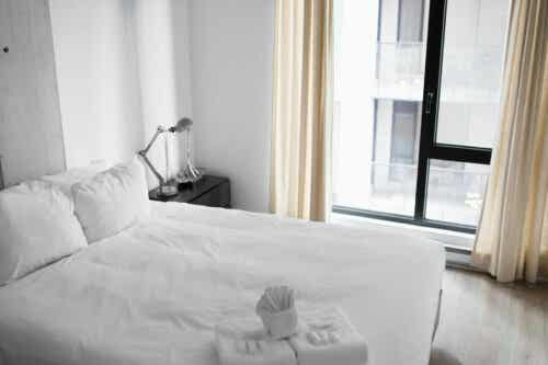 Enkelt soveværelse i hvide farver