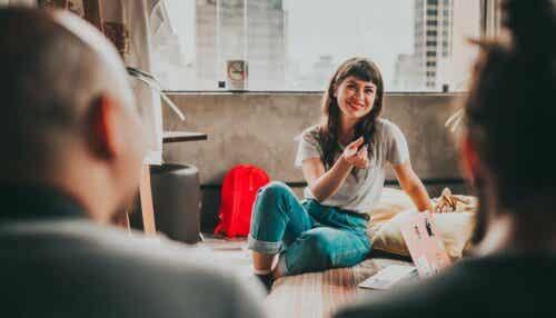 Kvinde taler med andre ved hjælp af følelsesmæssig kommunikation