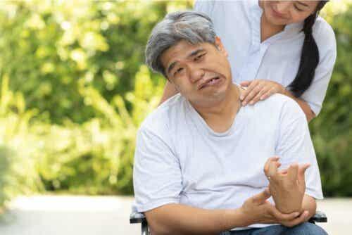Mand, der har fået et hjerteanfald, sidder i kørestol