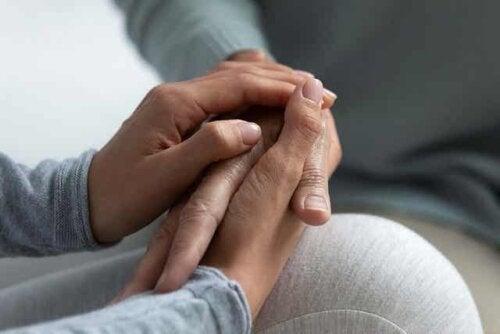 Patient, der bliver holdt i hånden