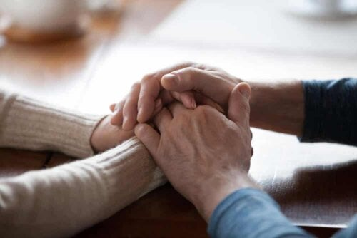 To personer holder i hånd