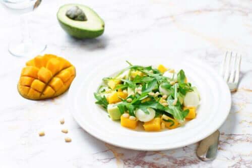 3 måder at lave en salat med mango og avocado på
