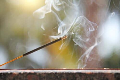 4 ideer til at lave en røgelsesholder derhjemme